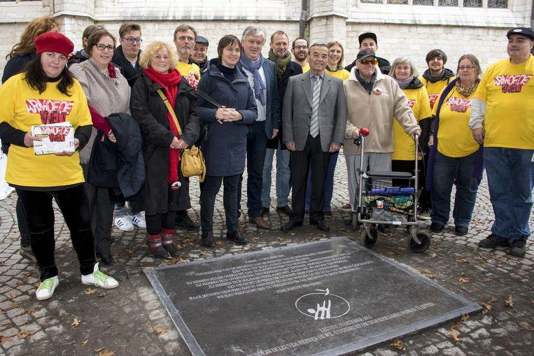 Louis Tobback en het Collectief tegen armoede tijdens de onthulling van de gedenksteen.