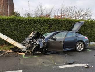Porsche ramt auto in de flank op kruispunt na inhaalmanoeuvre: drie gewonden