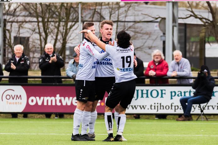 Bas ter Hogt (midden) maakte voor rust de 1-0 voor SVZW en na rust scoorde hij ook. Toch verloor SVZW: 2-3.