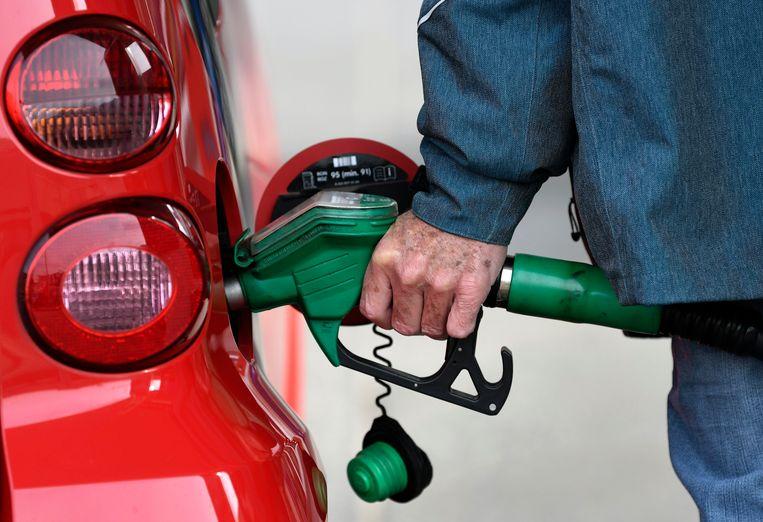 Beeld ter illustratie, benzine tanken wordt vanaf morgen iets goedkoper.