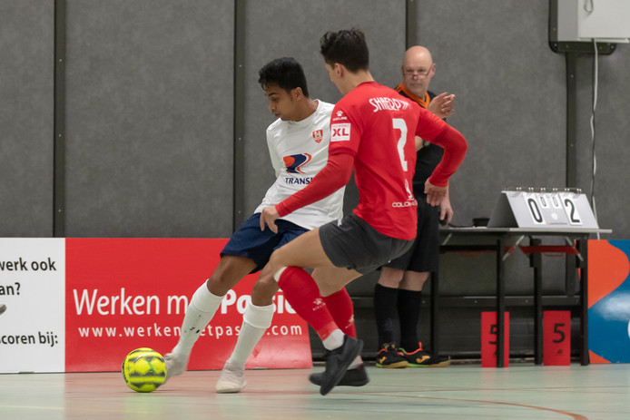 Chamith van Vuuren (links) haalt uit namens de zaalvoetballers van CFM/Transito.