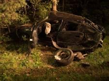 Auto vouwt zich om boom bij botsing in Son en Breugel: 'Als er een bijrijder zat was het écht mis'