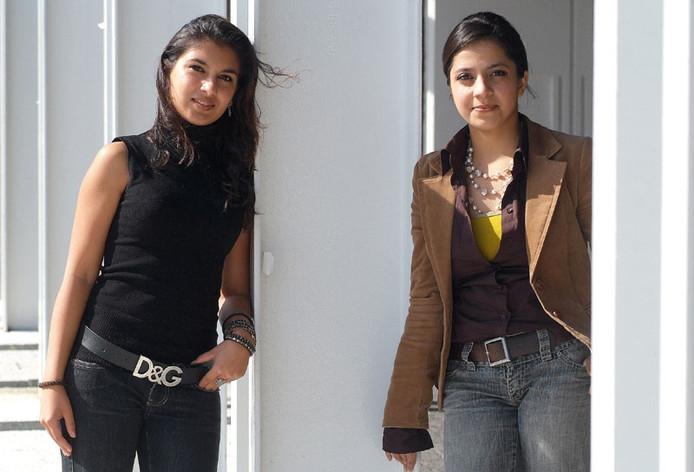 Oprichter en voorzitter Mina Omarzai van de Stichting Ameel en haar vriendin Laili Ishaqzai ( links) hopen jonge Afghanen hun trots terug te geven. Foto: Jan Wamelink