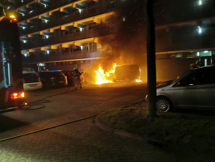 Een levensgevaarlijke situatie in de wijk Pomona in Wageningen door brandende auto's bij een flatgebouw.