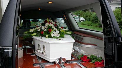 Lijkwagen verliest kist met dode
