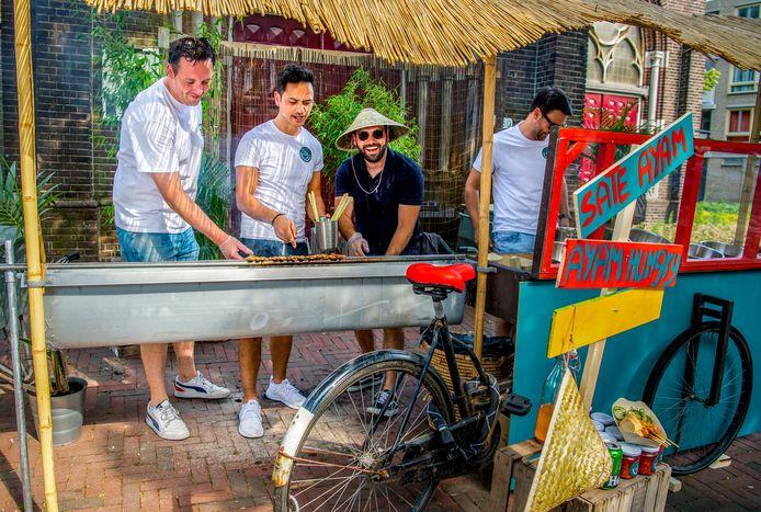De jongens van de Bite Club Rotterdam met de  zelfgebouwde bakfietsgrill geven een satéfeest in Noord:  Niels de Wit (links), Junior Lugte (midden) en Tim Visser hebben er zin in.