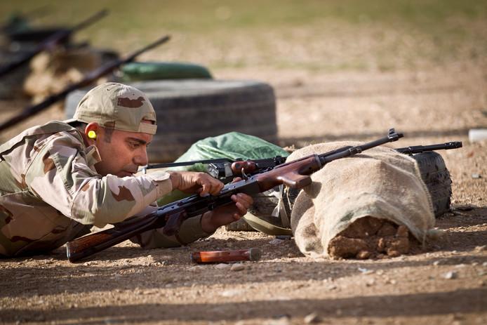 Nederlandse militairen trainen met coalitiepartners in Irak groepen Koerdische Peshmerga-strijders.