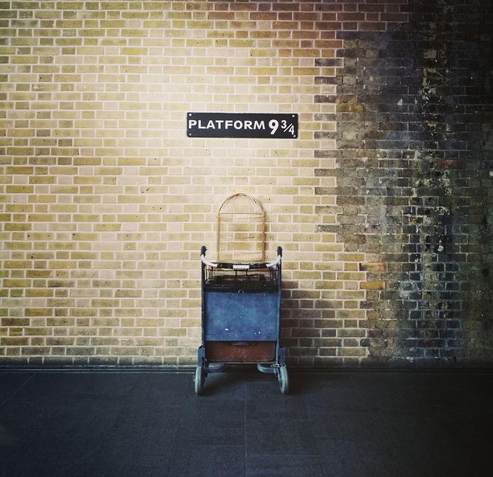 In de boeken van Harry Potter nemen tovenaars op perron 9 3/4 de trein richting toverschool Zweinstein.