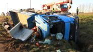 Vrachtwagen geladen met betonblokken komt in gracht terecht: bestuurder blijft ongedeerd