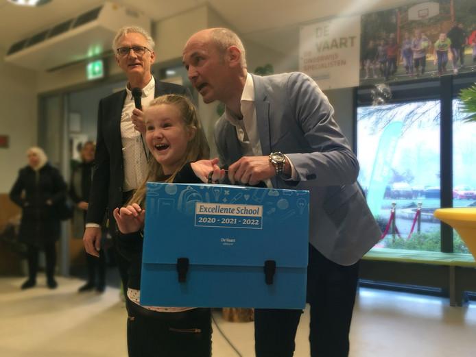 Directeur Wim van Schaik van De Vaart in Oosterbeek neemt het koffertje in ontvangst dat bij het predikaat 'excellente school' hoort.