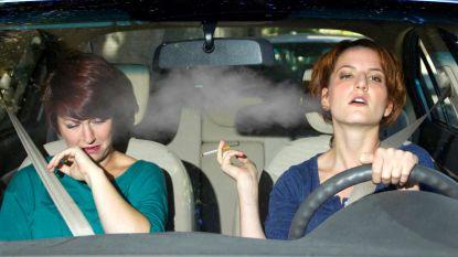 Waarom roken in de auto 27 keer ongezonder is dan roken in huis