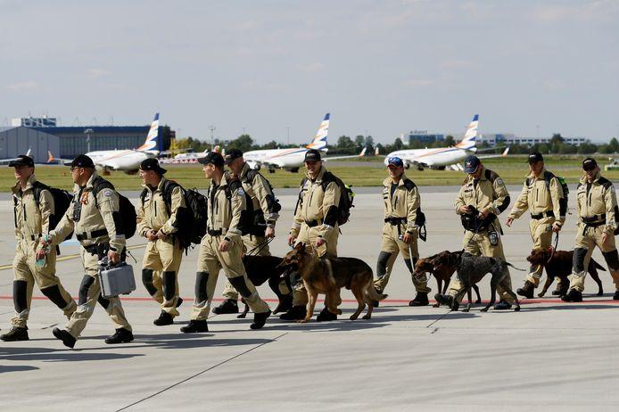 Leden van een Tsjechisch zoek- en reddingsteam vlak voor vertrek naar Beiroet in Praag.