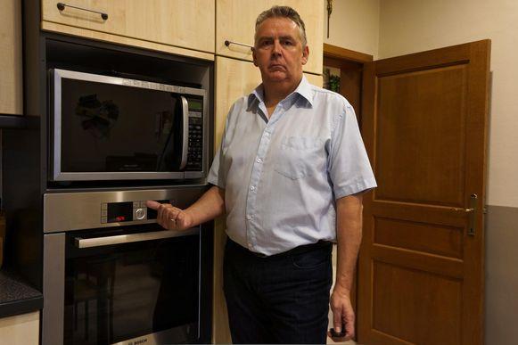 Johan Verhaegen bij het klokje van zijn oven dat een beetje voor loopt.