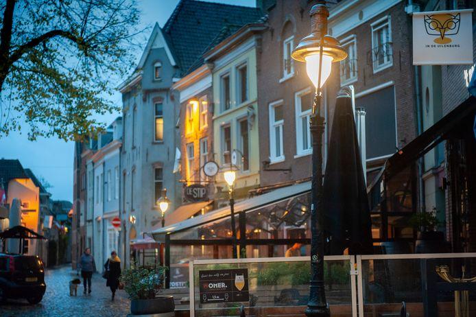 Oude lantaarnpalen met ledverlichting in de Lepelstraat.