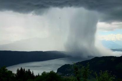 Tsunami, maar vanuit de lucht: storm dumpt tonnen water in Alpenmeer
