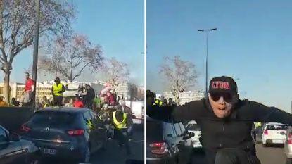 VIDEO. Heftige beelden van Franse agente die door gele hesjes wordt belaagd