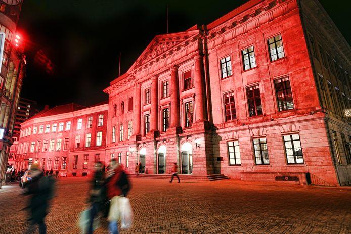 De gevel van het Utrechtse stadhuis kleurt vanaf 17.30 uur oranje.
