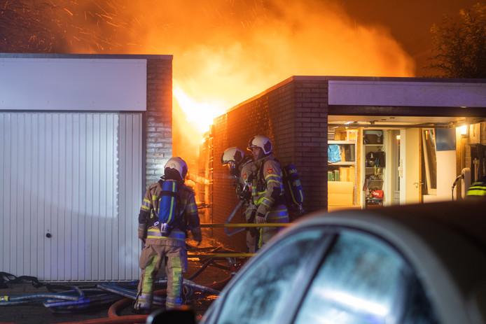 De brandweer was druk met de brand in de achtertuin