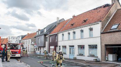 Schouwbrand wordt zolderbrand en richt veel schade aan in woning aan Wortegemplein