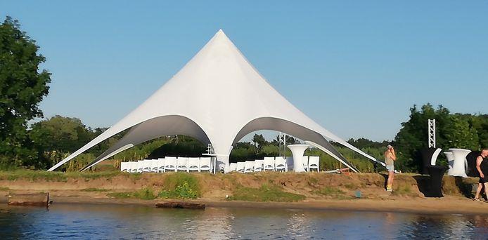 De opbouw van het trouwfeest in de Noorderkolk in Zwolle, eind juni 2019. Het feest had nooit gehouden mogen worden in dit natuurgebied.