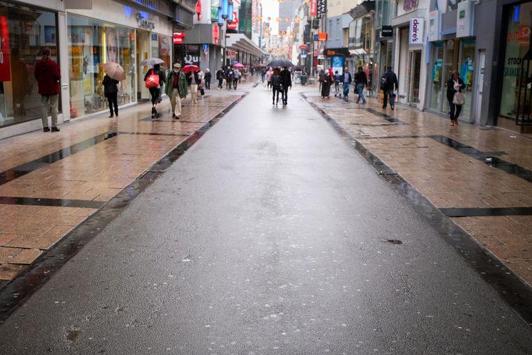 Het wegdek van de Nieuwstraat wordt volledig aangepakt. Onder meer de tegels liggen immers schots en scheef (foto links).