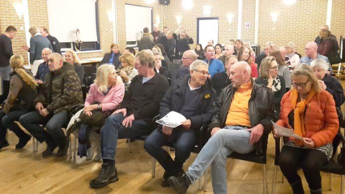 De zaal zit vol met boze en sceptische bewoners uit Nieuwenhoorn die de gekozen oplossing 'weggegooid geld' vinden.