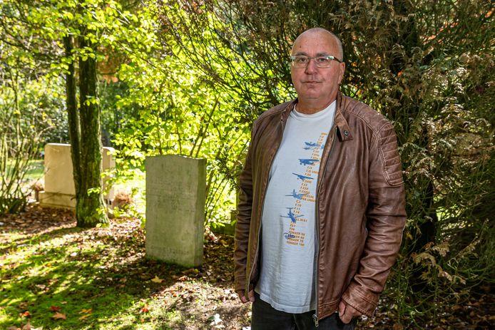 Klaas Schuuring bij het graf van Jacob van Bennekom.