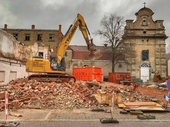 De Ryelandtzaal, hier achter de afgebroken gevel, wordt gerestaureerd.