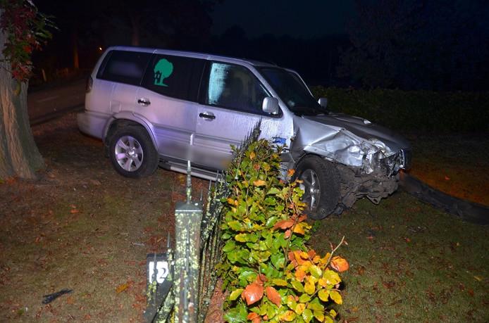 Bij een aanrijding in Hengelo is dinsdagmorgen een auto in een voortuin tot stilstand gekomen.