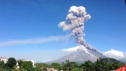 Timelapse: Filipijnse vulkaan spuwt lava honderden meters de lucht in