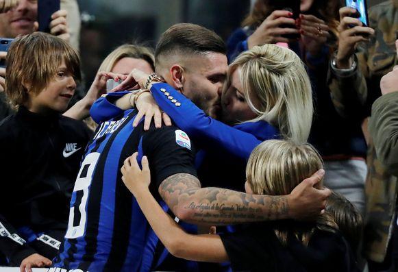 Icardi viert een goal met Wanda Nara.