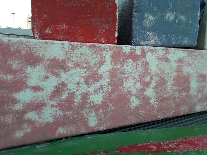 Het verwijderen van de verf heeft het kunstwerk geen goed gedaan.