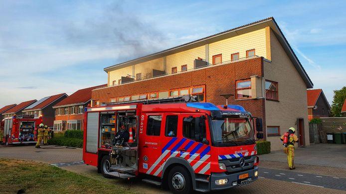 Er komt veel rook vrij bij de woningbrand in Glanerbrug.