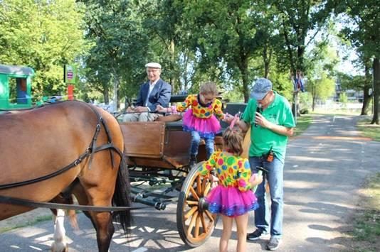 Cloë van den Dungen en Isa van Nieuwpoort kwamen met paard en wagen naar het Julianapark en mochten Veghel in Hout met een 'magische hamer' openen.