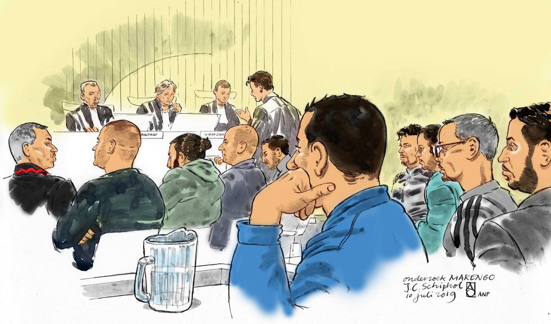 Rechtbanktekening van de verdachten die terechtstaan in het proces Marengo tijdens een eerdere zitting in de extra beveiligde rechtbank op Schiphol. Beeld ANP