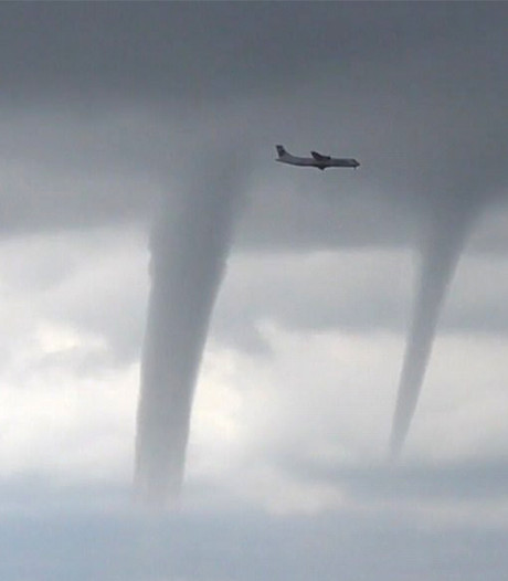 Spectaculair: vliegtuig moet uitwijken voor drie reusachtige waterhozen