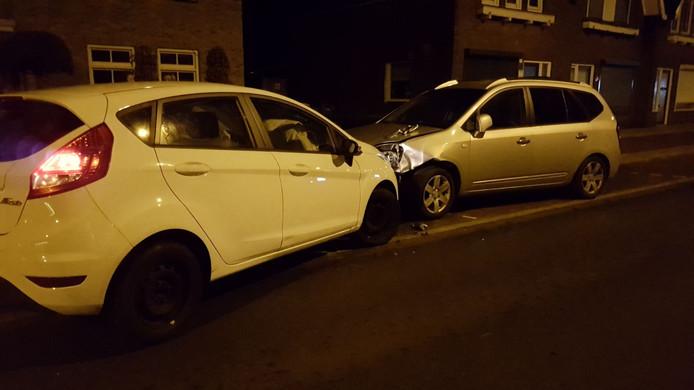 Auto rijdt tegen geparkeerde auto op in Hengelo.