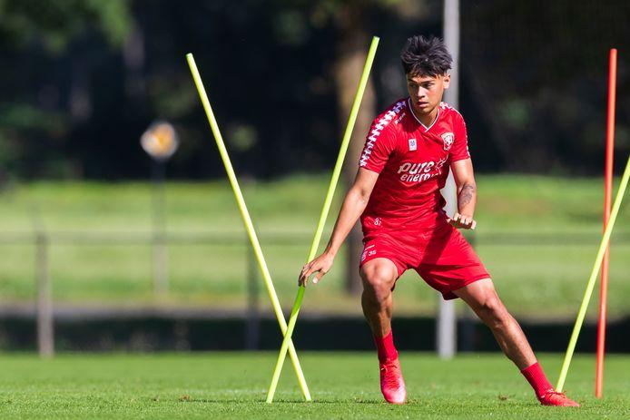 Mees Hilgers in actie op de training van FC Twente. Hij traint de hele voorbereiding mee.