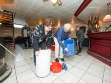Dweilen met de kraan open: hoog water Regge zorgt voor drijfnatte biljartkelder