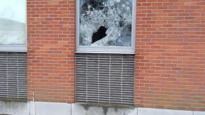 Vandalen gooien ruiten stuk van Hollebeekschool, directie doet oproep naar getuigen