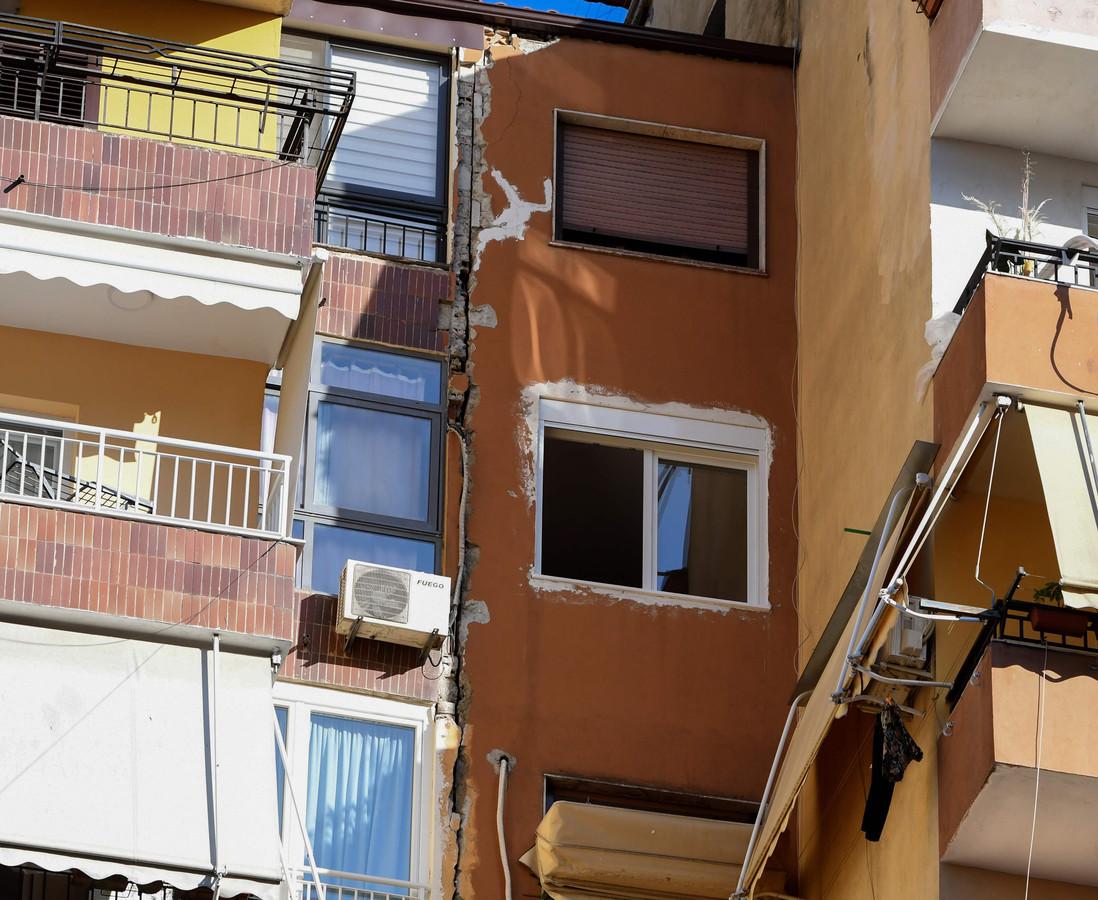 Een beschadigd gebouw in Tirana.