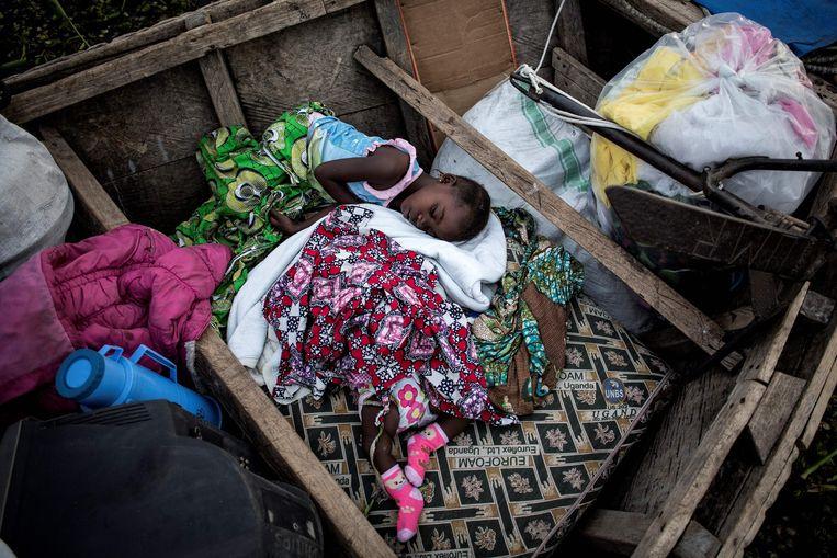 Vluchtelingen op een boot op het Albertmeer, op weg naar Oeganda. Beeld AFP