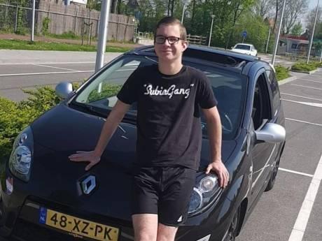 Jonno (19) uit Tholen verongelukt in zijn geliefde auto Rory; vrienden eren hem met stoet