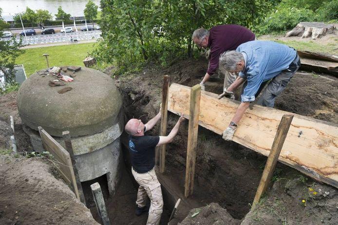 Archeologen en vrijwilligers druk in de weer om een van de bunkers bij Museum Arnhem bloot te leggen. Bij die werkzaamheden werd onverwacht een stengun gevonden. Foto: Marina Popova