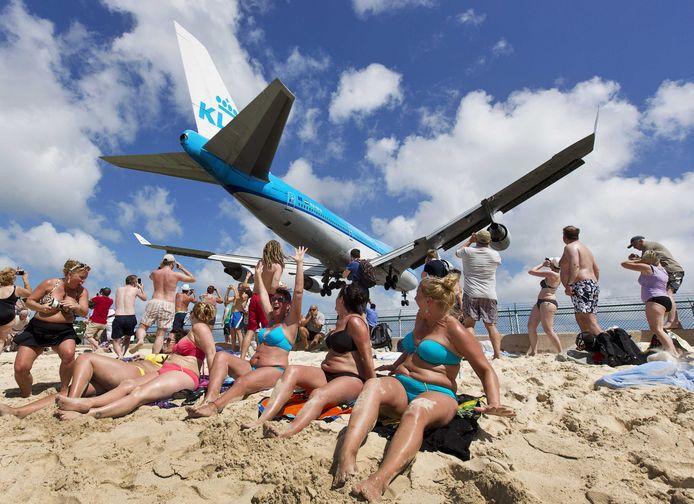 De internationale luchthaven Princess Juliana op Sint-Maarten is gekend voor de landingsbaan net achter het strand.