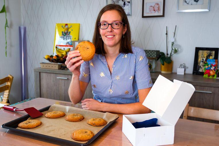 Rebecca Verschueren bakt chocoladekoekjes om de vzw Berrefonds te steunen.