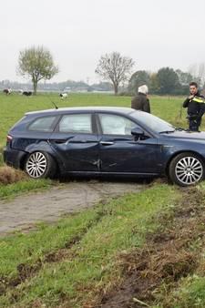 Inhaalpoging gaat mis: auto belandt in de berm