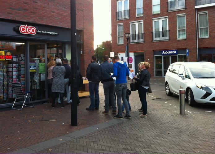 Ook in Wijk en Aalburg stonden mensen tevergeefs in de rij voor kaartjes.