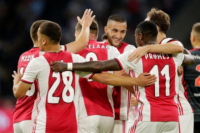 Hakim Ziyech viert de 4-0 van Huntelaar met zijn ploeggenoten.  Beeld BSR Agency