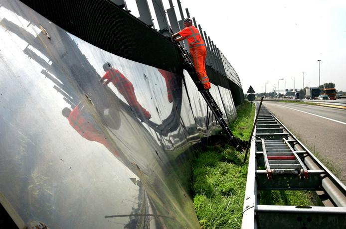 De geluidschermen langs de A17 ter hoogte van Standddaarbuiten gaan er komen, maar veel te laat, vindt het Moerdijkse college van B&W.
